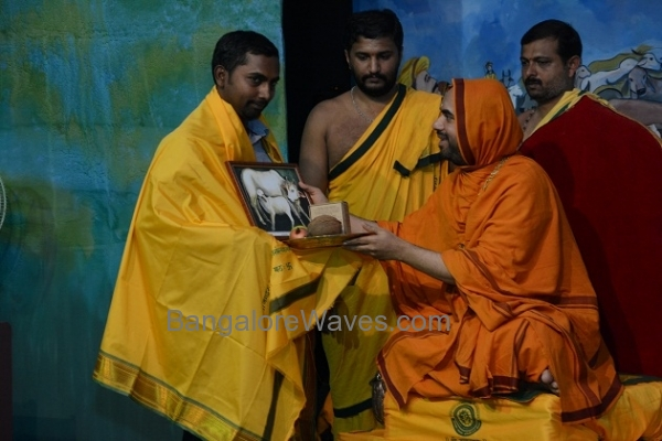ಬೆಂಗಳೂರಿನ ಸಂದೀಪ್ ಅವರಿಗೆ ಶ್ರೀಗಳಿಂದ ಗೋಸೇವಾ ಪುರಸ್ಕಾರ